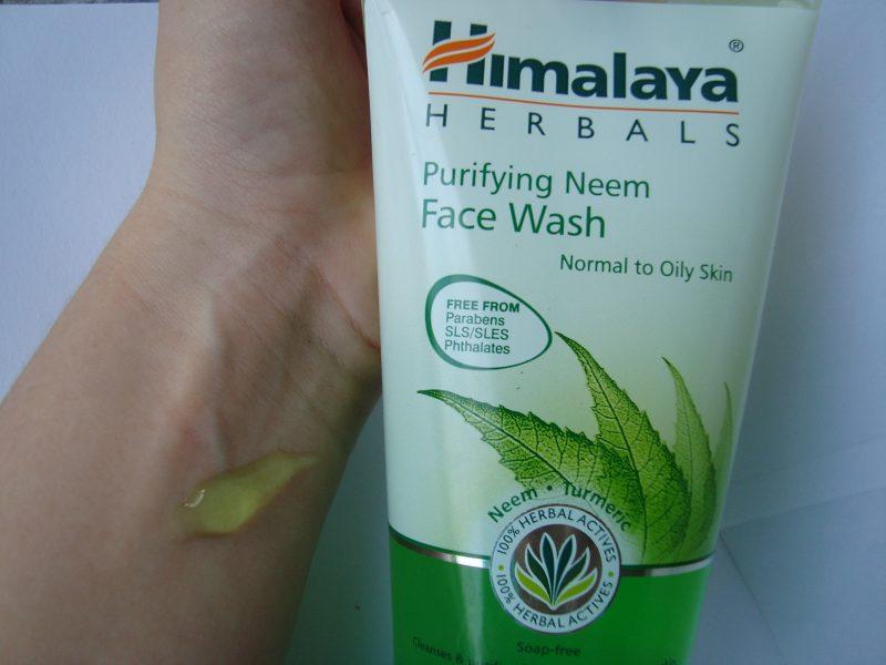 Консистенция на измиващ гел за лице с екстракт от нийм Himalaya