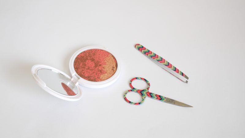 Ножичка и пинцета от Douglas и Руж Aura Geisha