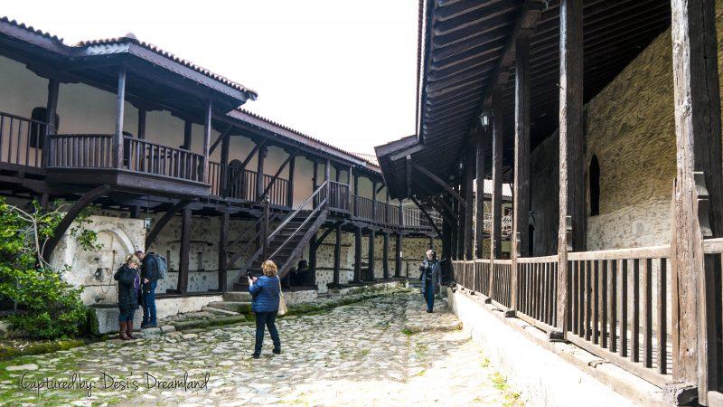 Вътрешен двор на Роженския манастир