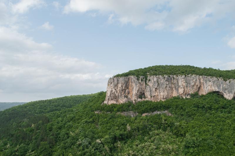 Гледка към близките планински масиви