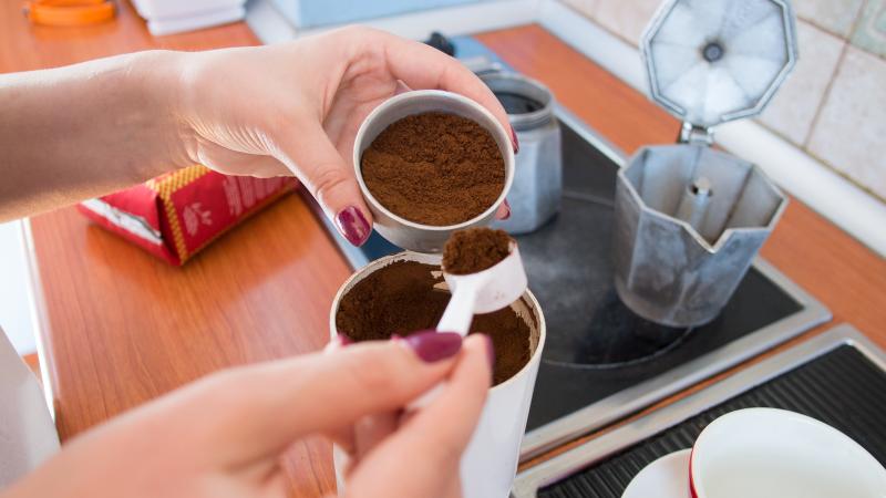 Добавяне на смляното кафе в цедката