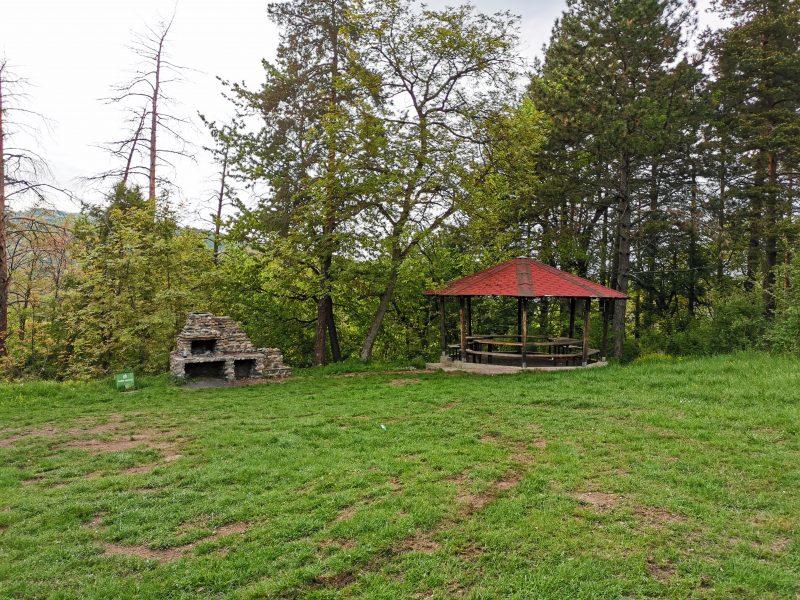 Беседка и барбекю на поляната пред Берковското кале