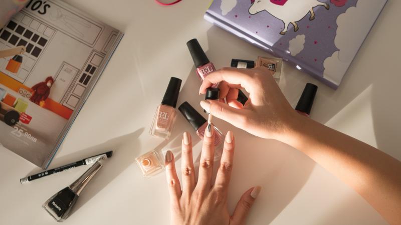 Използване на светли и нежни лакове за нокти