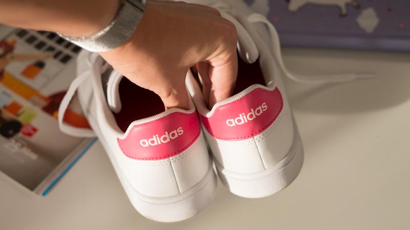 Изберете кецове или маратонки пред обувки на висок ток, защото са много по-удобни за носене цял ден